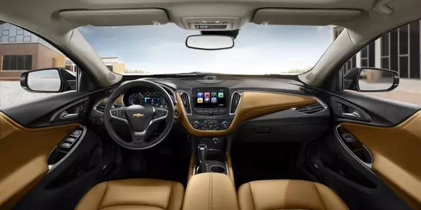 进入迈锐宝XL车内,首次运用的悬浮式中控台集合8英寸高清彩色触控大屏和金沙棕真皮内饰映入眼帘,后排通过轴距增加及空间优化布局、后座顶部巧妙的上凹设计以及低至5CM的后排中央地板,为乘客带来舒展愉悦的乘坐体验。迈锐宝XL在后排人性化地设置了中央扶手,并贴心设计了后排电源接口,全车共有4个USB充电接口和22处触手可及的收纳空间,大大提升驾乘便利性。 全新黄金动力组合 雪佛兰迈锐宝XL此次搭载通用全球小排量发动机家族的当家花旦1.