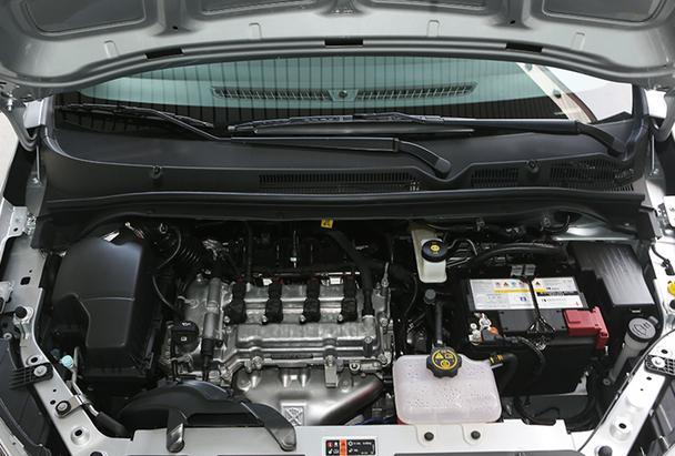 【编者按】2015年广州车展前夕,上汽通用雪佛兰推出全新车型乐风RV,新车售价区间为7.49-9.99万元。该车定位于城市休旅车,搭载1.5L发动机,全系标配智能启/停技术和ESC电子车身稳定系统。乐风RV是雪佛兰基于通用全新多功能车平台开发的首款车型,采用雪佛兰最新的家族式设计语言,时尚动感的外观、灵活使用的空间以及丰富的安全配置使其成为一款非常适合年轻人的休旅车型。相比于飞度、骊威、秀尔等竞品车型,乐风RV在造型上更为新颖,更符合年轻消费者审美。近日,爱卡汽车网凭借区域优势,率先对雪佛兰乐风RV进行到